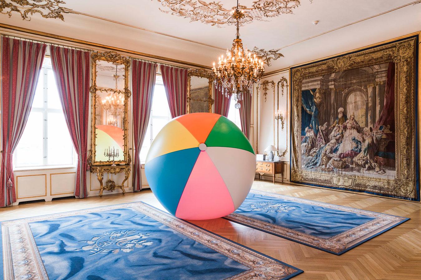 Jättestor badboll till Carte Blance på Franska Ambassaden