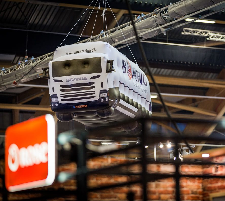 Uppblåsbara lastbilar för AB Caterin i Gigantium i Aalborg