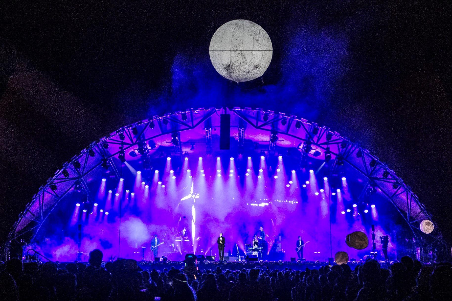 Reklamballong med ljus som jättemåne vid Roskilde Festivalen 2018