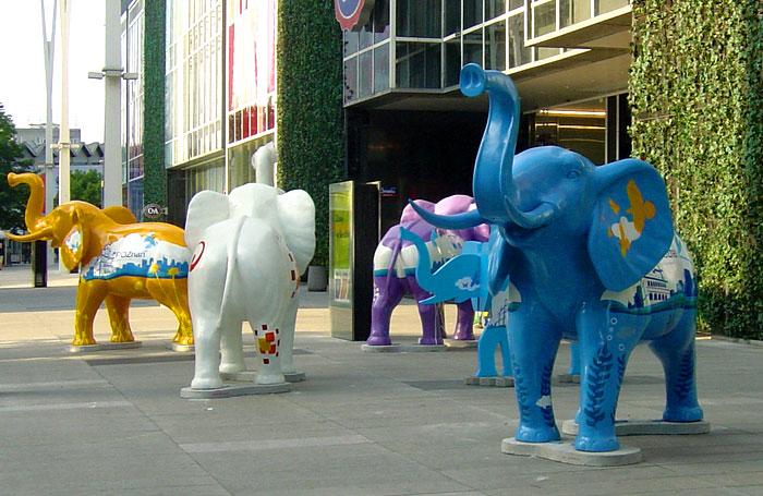 Elefantfigurer tillverkade i glasfiber