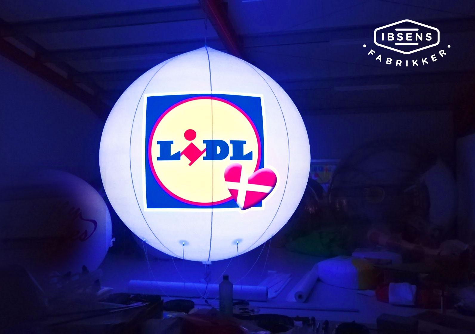 Luftballong med logo och ljus. 3 meter i diameter. Fylls upp med Helium gas. Perfekt blickfång vid t.ex. butiksöppningar.
