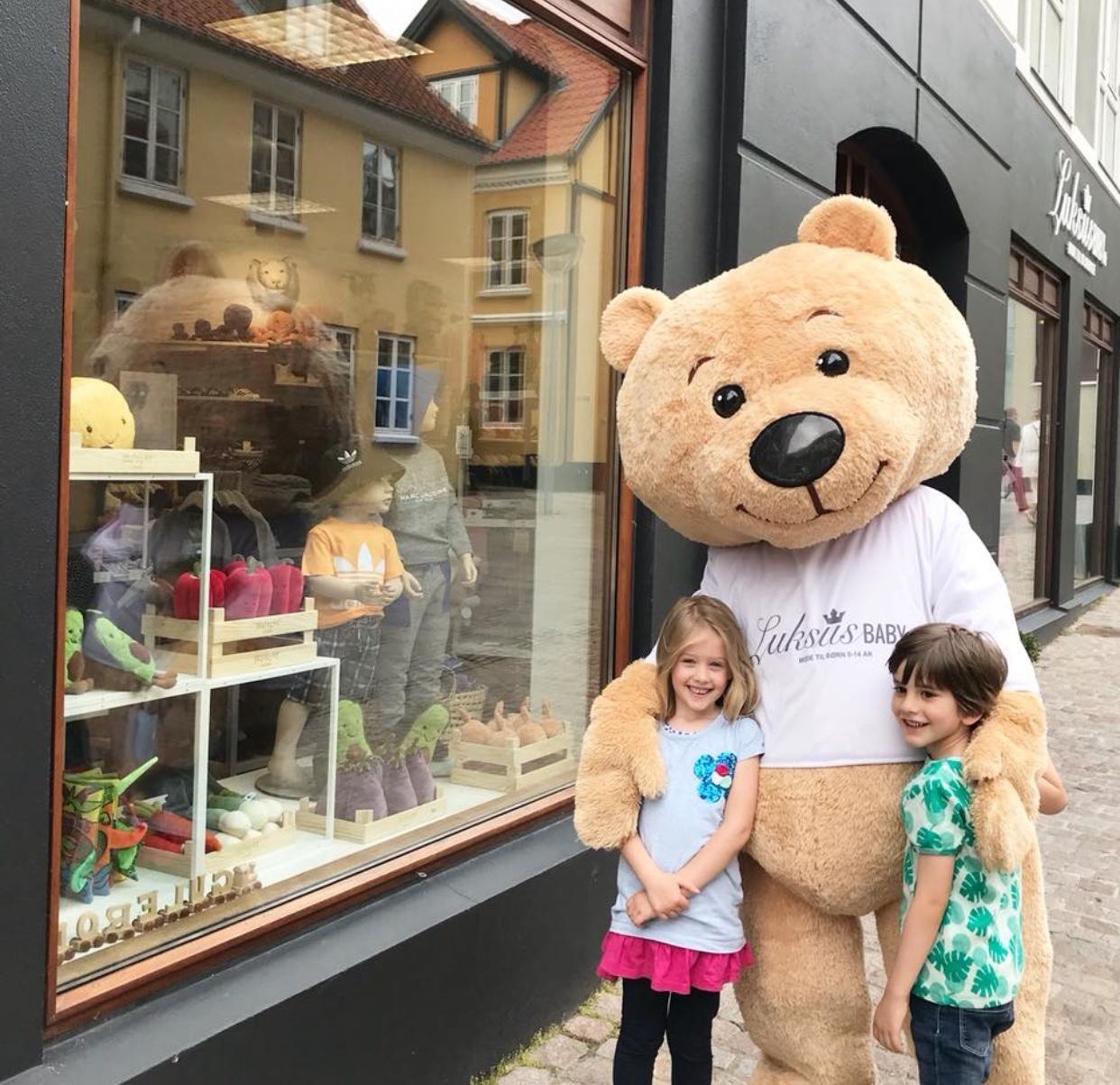 Luksusbaby bamsemaskot på arbejde i gågaden i Aalborg